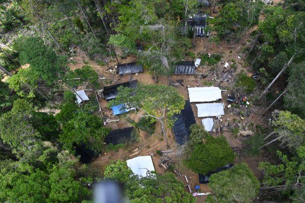 Site d'orpaillage illégal en pleine forêt