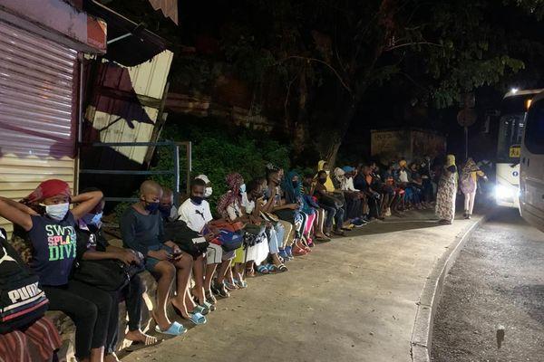 Les élèves devant un arrêt de bus à Koungou ce lundi 15 mars 2021