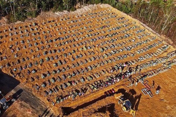 Vue aérienne du cimetière de Manaus agrandi en raison de l'épidémie de Covid-19