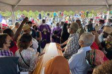 La famille Henry et de nombreux Mahorais sont venus au cimetière chrétien de Pamandzi pour saluer la mémoire de Marcel Henry.