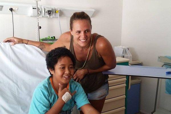 Laure Manaudou rend visite aux enfants hospitalisés au Taaone