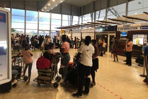 Plusieurs files d'attente ont été organisées pour les passagers des 2 compagnies