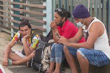 Des migrants cubains en attente devant la Préfecture de Cayenne
