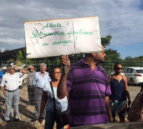 Manifestant anti-Fillon à La Réunion
