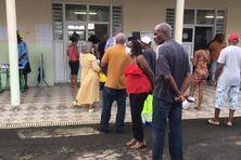Des électeurs devant un bureau de vote à Saint-Joseph (2nd tour des municipales - juin 2020)