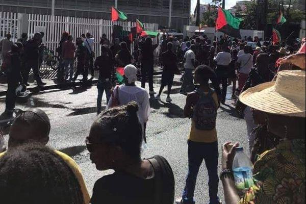 Manifestation devant le palais de justice