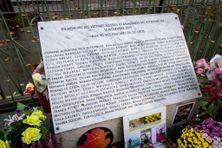 Stèle en mémoire des victimes blessées et assassinées lors des attentats du 13 Novembre 2015 à Paris, ici devant le Bataclan.