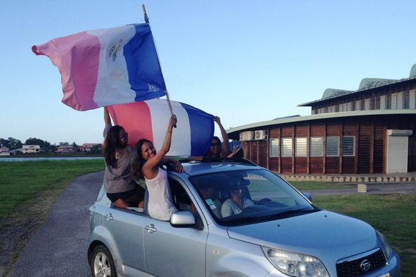 Des supportrices heureuses de la victoire de l'Equipe de France