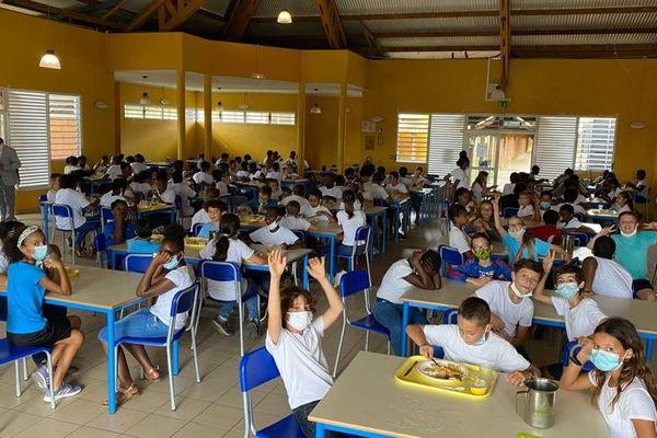 L'accueil à la cantine scolaire du lycée Bertène Juminer