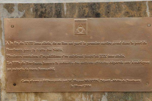 Plaque en mémoire des esclaves africains déportés à bord de navires bordelais