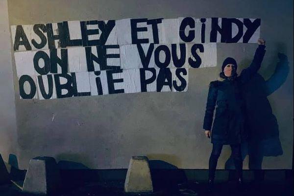 Collages à Paris, en mémoire d'Ashley et Cindy, tuées le 3 janvier 2021 au Mont-Dore