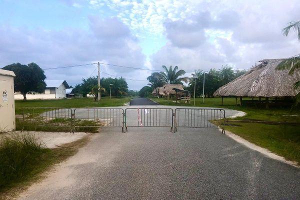 L'entrée du village Norino à Macouria fermée