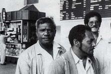 Edouard Waitrony Wapae (à gauche) aux côtés de la délégation indépendantiste de Nainville-les-Roches