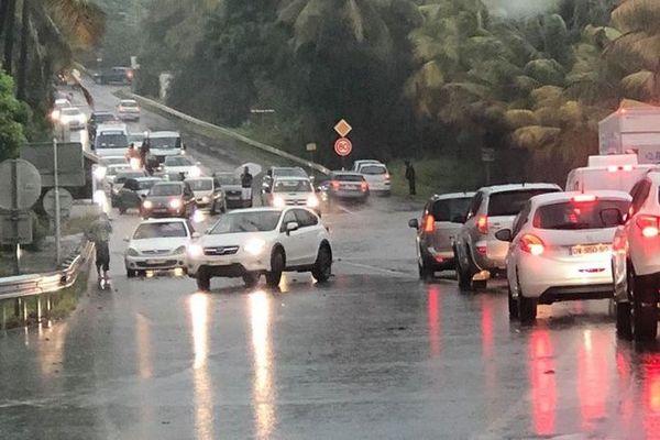Fortes pluies averses nuit flaque d'eau automobilistes Grand Bois 231219