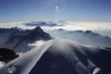 Le sommet du Mont-Blanc, dans les Alpes, le 16 juillet 2010. (PHILIPPE DESMAZES / AFP)