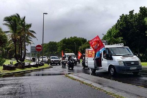 Entre 100 et 150 employés de La Poste sont en grève dans l'île, ce lundi 9 mars. Ils mènent actuellement une opération escargot à Saint-Denis.