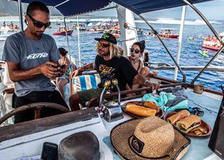 Tepea, le capitaine du bateau (à gauche) et Raiponi (surfeur Tahitien) billabong pro
