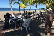 La réunion (sur la plage du Carbet), des opposants au projet d'hôtel.