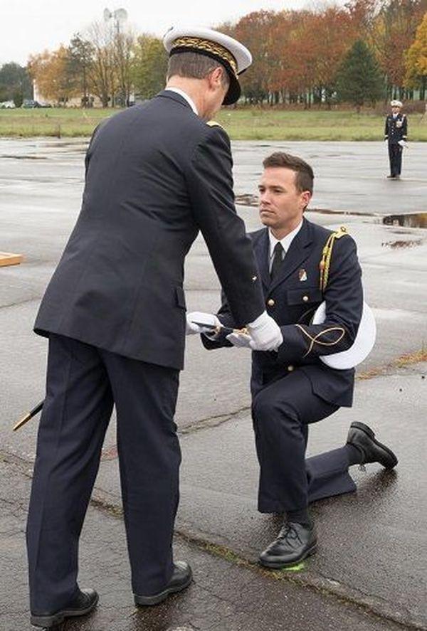 Johan reçoit son épée d'Officier