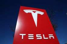 Devant le siège de Tesla à Palo Alto en Californie du Nord