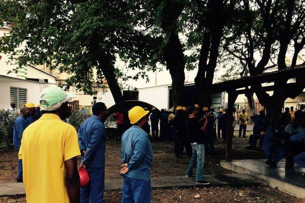 Ouvriers et planteurs en attente devant Gardel