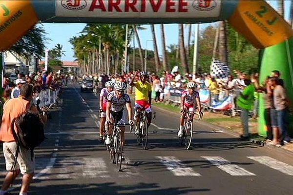 Tour de l'île cycliste arrivée du maillot jaune Lorenzo Manzin