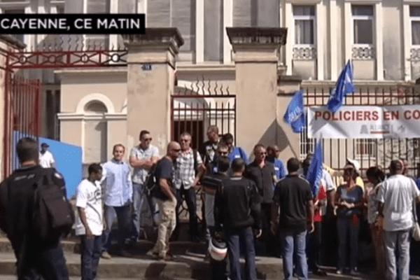 Mobilisation des policiers de Guyane devant le tribunal