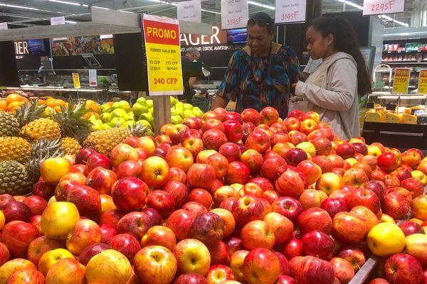 Pommes et autres fruits dans un hypermarché, fin septembre 2018