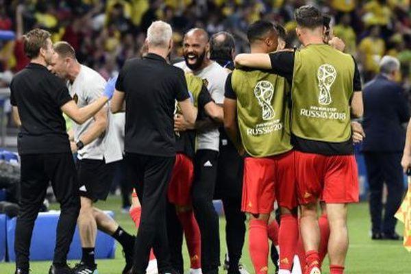 Thierry Henry félicitant Eden Hazard, pendant le quart de finale qui opposait le Brésil aux Diables Rouges