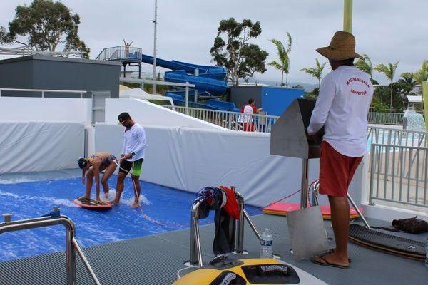 Mathieu Gonzalez (à droite) encadre l'activité de la vague statique et en régule le flux.