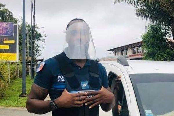 Un policier avec son bouclier facial