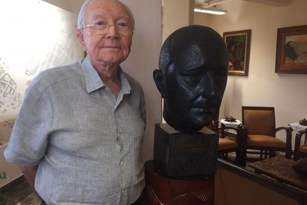 Gaston Flosse et le buste de Jacques Chirac