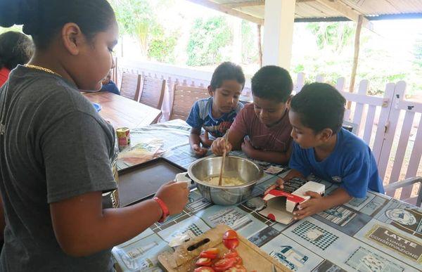 Atelier cuisine pendant les vacances pour les ce1 de Logolelei à Wallis