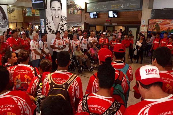 La sélection tahitienne de va'a à l'aéroport de Tahiti Fa'a'a prête pour le départ aux championnats du monde de va'a 2016