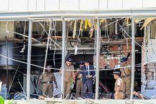 Des forces de sécurité  inspectent la scène d'un attentat dans un hôtel de Colombo (Sri Lanka).