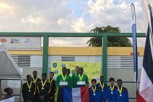 Podium 4x100 nage libre minimes avec sur la plus haute marche Youris Gérant Stéphan Mulongo Mitch Bourgeois et Ludovic Lomon