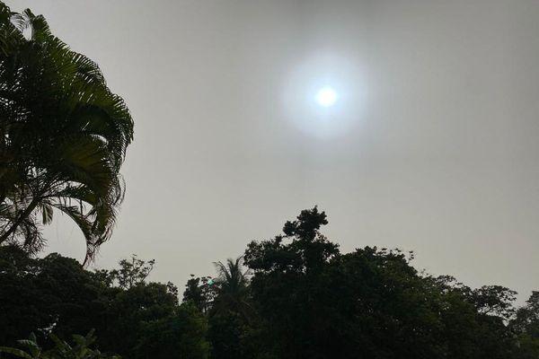 Le soleil à travers la brume de sable