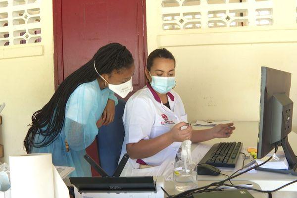 Elauriansca Antinon employée au drive test du laboratoire Bio Soleil