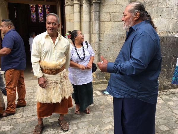 Sione Initia, chef de village wallisien avec Mikaele Tui