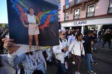 Les parents de Dinah, lycéenne de 14 ans, à la marche blanche organisée en son hommage dans les rues de Mulhouse. D'origine réunionnaise, la jeune fille s'est suicidée, victime de harcèlement scolaire selon ses proches.