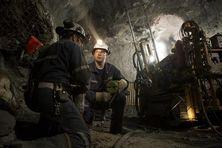 Mineurs de l'industrie du nickel dans une mine souterraine de Sudbury au Canada