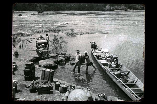 chargement matériel sur une pirogue lors de l'expédition IGN 1956 - Vos photos notre histoire