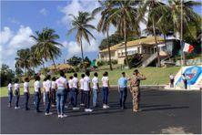 Les jeunes volontaires du Service National Universel assistent à la montée du drapeau tricolore à la caserne de Redoute à Fort-de-France (octobre 2021).