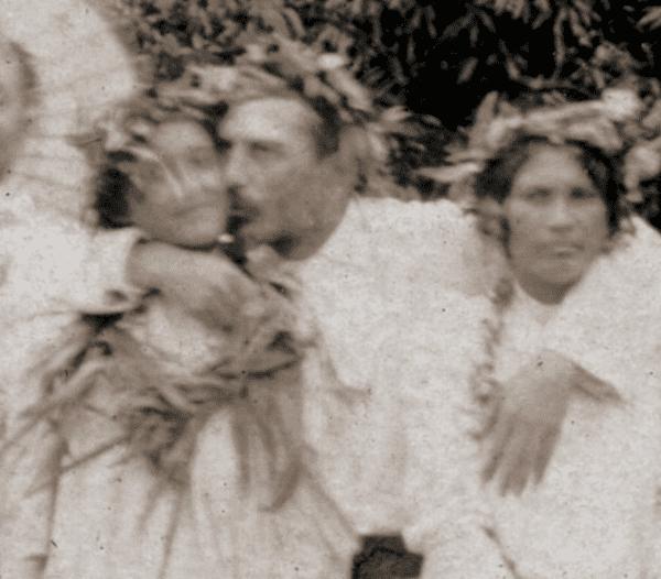 Photo de Jules Agostini, montrant Paul Gauguin avec deux femmes à Tahiti, 19 juillet 1896