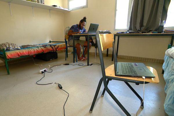 Confinement, cours à distance dans une résidence universitaire de Nouville, avril 2020