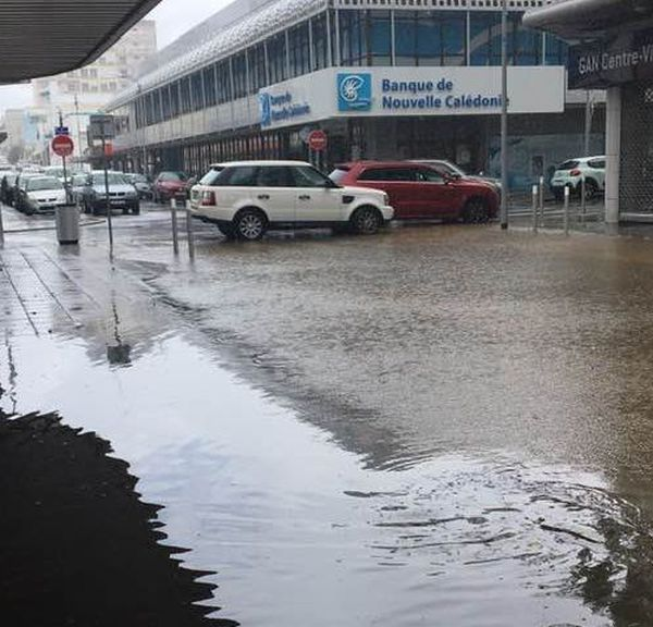 La rue Clemenceau bloquée pour limiter l'effet vagues de l'inondation, 12 novembre 2020
