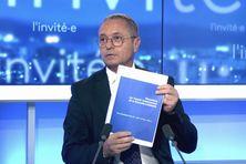Le haut-commissaire Patrice Faure montre la version enrichie du document sur le plateau de NC la 1ere.