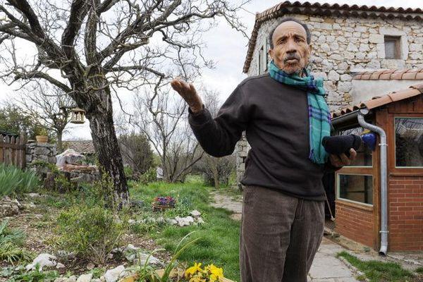 Pierre Rabhi devant sa maison à la Ferme de Montchamp près de Berrias-et-Casteljau (Ardèche)