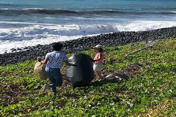 opération nettoyage front de mer de Sainte Anne