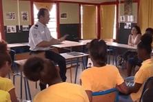 Un policier explique son métier aux collégiens
